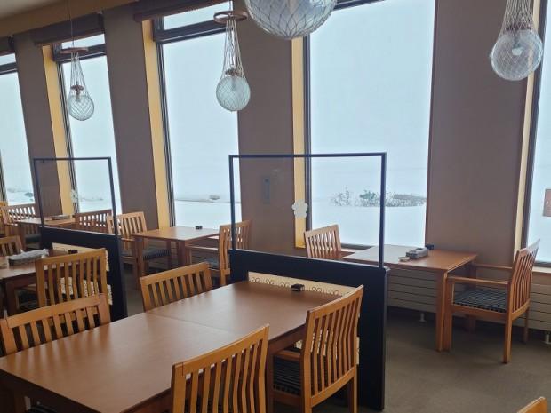 サロマ湖の眺望を損なわないよう透明のパーテーションを設置いたしました