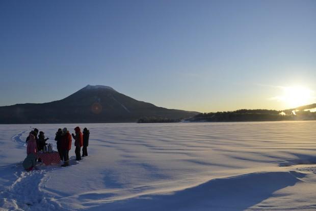 阿寒湖に昇る朝日が楽しめる「モーニングカフェツアー」3,300円。12月から開催予定。