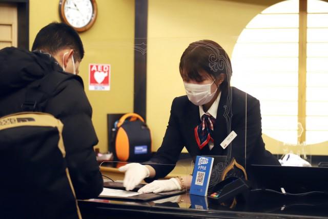 スタッフはゴム製白手袋を着用