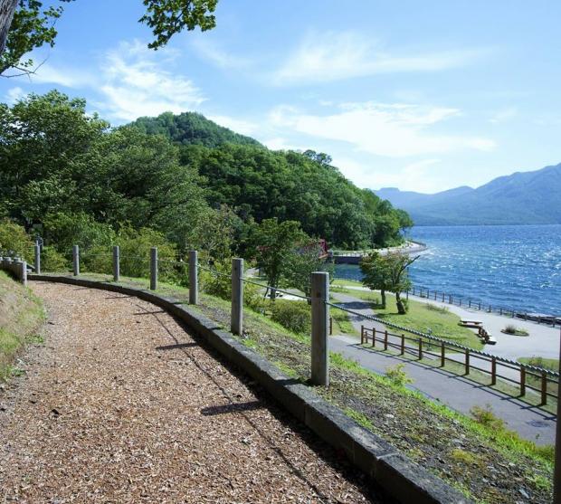 早朝の支笏湖を歩く「ノルディックウォークツアー」