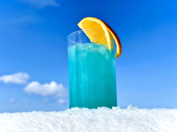 【流氷に乾杯】バーで乾杯!流氷をイメージしたカクテル「グランブルー」付き